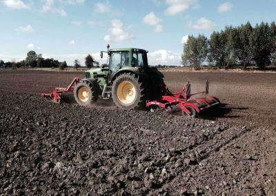 Hier wird das Saatbett für die neue Saat vorbereitet mit dem John Deere Schlepper