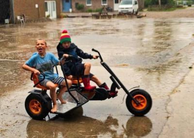 Kettcar fahren auch im Regen auf dem Ferienhof