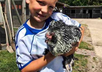 Carlo mit dem neuen Huhn