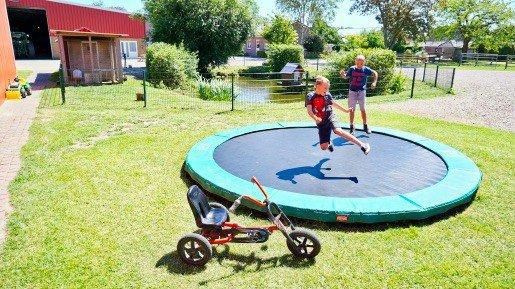 Bauernhof Claussen Trampolin springen auf dem Ferienhof