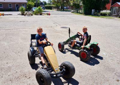Kettcar fahren auf dem Ferienhof auf Fehmarn