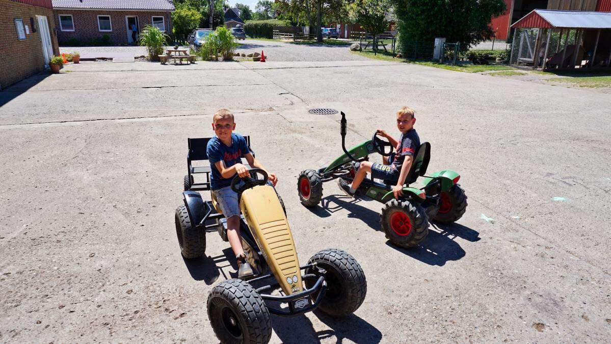 Kettcar fahren und spielen auf dem Ferienhof auf Fehmarn
